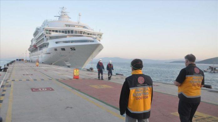 كورونا.. فحوصات حرارية لركاب سفينة سياحية رست في شاطئ تركي